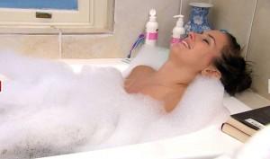 Ramona Stöckli träumt in der Badewanne von Jan
