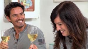 Mona und Jan geniessen den Abend mit einem schweizer Weisswein