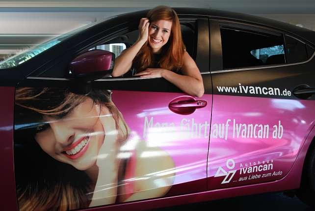 Ramona Stöckli macht Werbung für Mazda