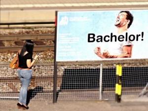 Diese Dame ist gerade mit ihrem Handy beschäftigt (Bahnhof Pfäffikon, Schweiz)